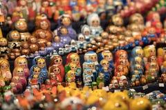 Bambole russe di incastramento ad un negozio di regalo turistico Fotografia Stock