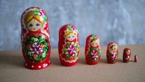 Bambole russe di incastramento, matryoshka stock footage