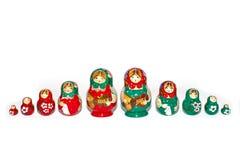 Bambole russe rosse e verdi nella singola riga fotografie stock