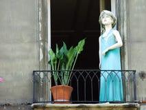 Bambole sui balconi privati nel centro urbano di Berna fotografia stock