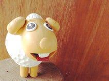Bambole sveglie dell'argilla delle pecore per la decorazione del giardino immagine stock libera da diritti