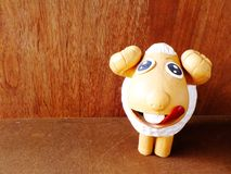 Bambole sveglie dell'argilla delle pecore per la decorazione del giardino Immagini Stock Libere da Diritti