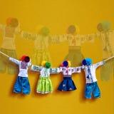 Bambole ucraine fatte a mano del tessuto su fondo, bambola di straccio piega tradizionale Motanka nello stile etnico, gente antic Immagini Stock