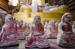 Bambole in una pagoda Myanmar fotografia stock libera da diritti
