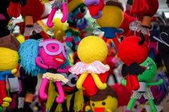 Bambole variopinte sulla vendita al mercato Immagini Stock Libere da Diritti
