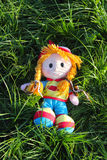 Bamboletta sorridente che si trova nell'erba verde Fotografia Stock