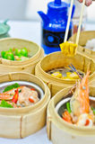 bamboo китайским tradit контейнеров испаренное dimsum Стоковые Фотографии RF