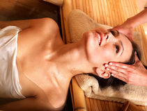 bamboo получая женщина спы массажа Стоковые Фото