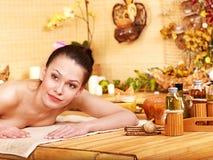 bamboo получая женщина спы массажа Стоковое Фото