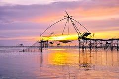 Bambou d'attirails de pêche et grand filet Image libre de droits