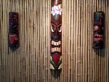 Bambou et masques image stock
