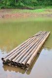 Bambou rond de radeau sur un grand réservoir en Pang Ung Photographie stock libre de droits