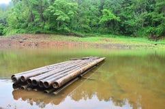 Bambou rond de radeau sur un grand réservoir en Pang Ung Photographie stock