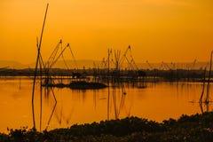 Bambou traditionnel et outils en bois de pêche dans le marais Photos libres de droits