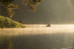 Bambou transportant par radeau par la brume sur le lac dans le matin à la douleur-ung, en Mae Hong Son, la Thaïlande Photo libre de droits