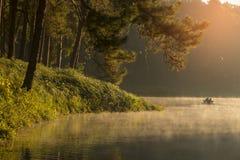 Bambou transportant par radeau par la brume sur le lac dans le matin à la douleur-ung, en Mae Hong Son, la Thaïlande Photos stock