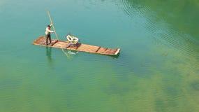 Bambou transportant par radeau sur Li River Photos libres de droits