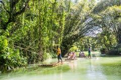 Bambou transportant par radeau sur Martha Brae River Jamaïque Photographie stock libre de droits