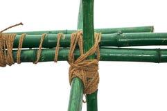 Bambou vert noué avec la corde Photos stock