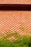 Bambu do estilo alaranjado tradicional tailandês do azulejo da cor e da cor verde imagens de stock royalty free