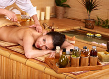 bambu som får massagebrunnsortkvinnan royaltyfria bilder