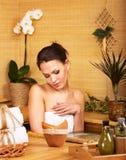 bambu som får massagebrunnsortkvinnan arkivbild