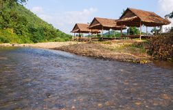 Bambu som förlägga i barack på floden royaltyfria bilder