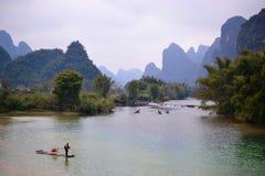 Bambu som rafting i den Li floden Guilin, Yulong flod Yangshuo, Guangxi KINA arkivbild