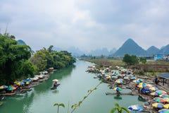 Bambu som rafting i den Yulong floden royaltyfria foton