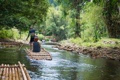 Bambu som rafting i grönt tropiskt landskap Arkivbild
