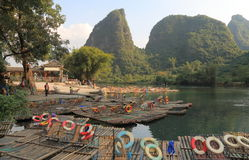 Bambu som rafting karstberglandskapet Yangshou Kina royaltyfri bild