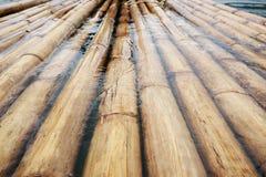 Bambu som svävar på vattnet över fördämningen royaltyfri fotografi