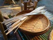 Bambu tecido Cesta de bambu feito à mão imagem de stock
