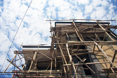 Bambu-/timmerkonstruktionsplats i Bali arkivbilder