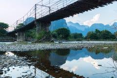 Bambubro över Nam Song River på den Vang Vieng byn arkivbilder