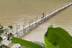 Bambubro i staden av Luang Prabang i Laos royaltyfria foton