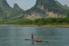 Bambuflotte som säljer gods på Li River, Guilin Arkivfoto