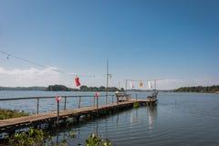 Bambugångbana, scenisk placering för den blåa sjön royaltyfri foto