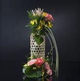 Bambukorg som dekoreras med blommor Arkivfoton