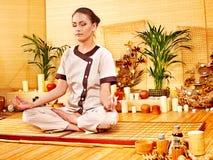 Bambumassage på brunnsorten och kvinnan. arkivfoton