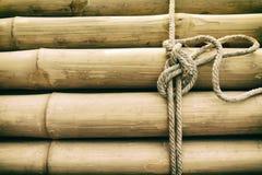 Bambupanel med ett bundet rep arkivbilder