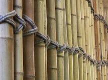 Bambupanel med ett bundet rep arkivbild