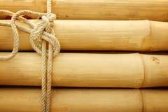 Bambupanel med ett bundet rep royaltyfri fotografi