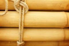 Bambupanel med ett bundet rep arkivfoto