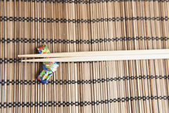 Bambupinnar på en handgjord origamipinnehållare Arkivbild
