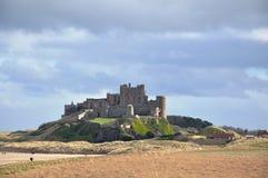 Bamburgh城堡在沙丘的诺森伯兰角 库存照片