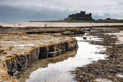 BAMBURGH, NORTHUMBERLAND/UK - AUGUST 15 : Shoreline view to Bamb Royalty Free Stock Images