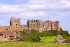 Bamburgh Schloss und Dovecote lizenzfreie stockbilder