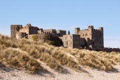 Bamburgh Schloss von den Sanddünen lizenzfreies stockbild