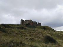 Bamburgh-Schloss von unterhalb lizenzfreies stockbild